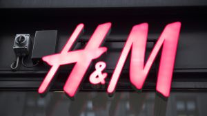 H&M:n kyltti talon seinässä.