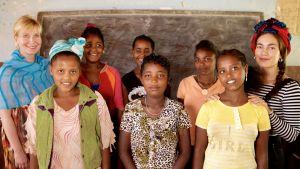 Katriina Honkanen, Meeri Koutaniemi ja leikkaamattomien tyttöjen kerhon tyttöjä Etiopiassa.