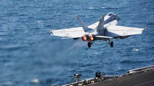 Yhdysvaltain Super Hornet -hävittäjä nousee lentoon Persianlahdella lokakuussa 2014.