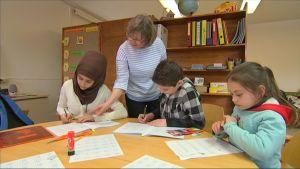 Sidra, Adel ja Israa opetelevat suomea Taalintehtaan koulussa Kemiönsaarella.