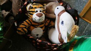 Vuosaaren vastaanottokeskukseen on tuotu vapaaehtoisten avulla suomalaisten lahjoittamia tavaroita.