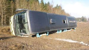 Linja-auto ojassa