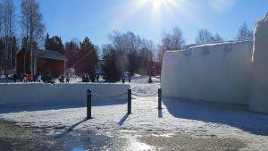 Turisteja Kemin lumilinnan pihalla linnan jo sulkeuduttua keväällä.