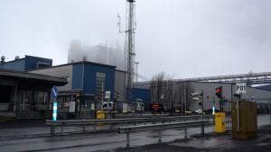 Outokummun Tornion tehtaat huhtikuussa 2016.