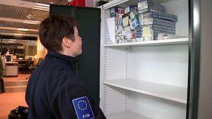 Suomeen tulijoilta takavarikoitua tupakkaa Nuijamaalla.