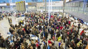 Ruuhkaa Helsinki-Vantaan lentokentällä joulukuussa 2012.