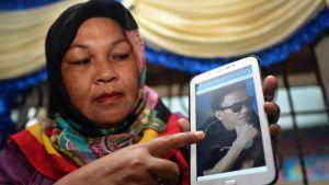 Nainen näyttää valokuvaa Abu Sayyafin panttivankina olevasta sukulaisestaan. Indonesian viranomaisten mukaan Abu Sayyaf kidnappasi 10 indonesialaista Tawi-Tawin saariryhmän lähestöllä kulkeneelta laivalta.