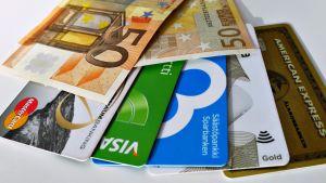 Rahaa ja maksukortteja