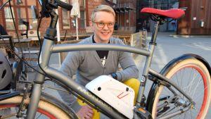 Antti Palomaa sähköpolkupyörän takana