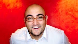 Koomikko Ali Jahangiri oli yksi Uudenmaan kulttuurirahaston palkitsemista.