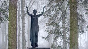Hautahuistomerkki Hietaniemen hautausmaalla.