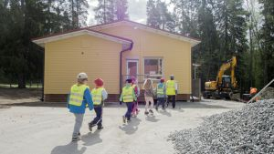 Länsi-Puijon tulevat esikoululaiset tutustuvat uuteen koulurakennukseen.