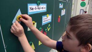 Kuokkalan yhtenäiskoulussa kokeillaan kirjatonta matematiikan opetusta.