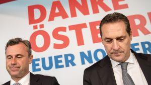 Presidenttiehdokas Norbert Hofer (vas.) ja FPÖ-puolueen johtaja Heinz-Christian Strache tiedotustilaisuudessa Wienissä tiistaina.