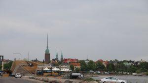 Löyly sijaitsee Helsingin Hernesaaressa meren rannalla ja lähellä keskustaa.