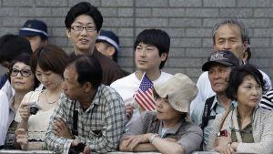 Ihmiset odottavat presidentti Obamaa lähellä Hiroshiman atomipommin uhrien muistomerkkiä.