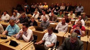Ulvilan kaupunginvaltuusto 30.5.2016 keräsi myös runsaasti yleisöä lehtereille.