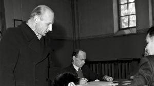 Mies vaaliuurnilla vuonna 1945.