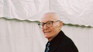 Näytelmäkirjailija Peter Shaffer kuvattuna Prahassa vuonna 2002.