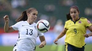 Yhdysvaltalaispelaaja Alex Morgan (vas.) on yksi maailman parhaista naisjalkapalloilijoista. Silti jopa FIFA nostaa artikkelinsa alussa esille hänen ulkonäkönsä.