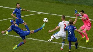 Vedran Corluka (Kroatia) Tomas Necid (Tshekki) UEFA EURO 2016 EM-kisat