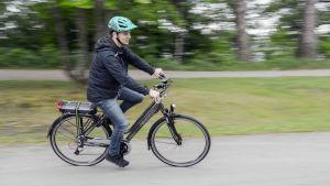 Sähköavusteisella pyörällä konevoima loppuu kun nopeutta on yli 25 kilometriä tunnissa.
