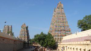 Ihmisjono värikkääseen temppeliin.