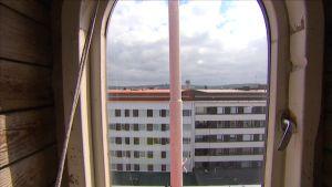 Näkymä ullakon ikkunasta kaupungille.