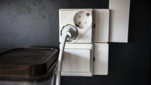 Sähköjohto pistorasiassa.