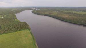 Pieniä lohensoutuveneitä Tornionjoen Jouttensuvannon vaiheilla 27.6.2016