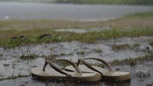 Sadetta Louhiojan uimarannalla, Enossa.