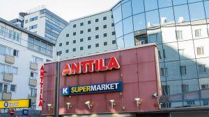 Anttilan tavaratalo Oulun keskustassa.