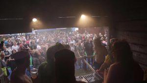 DJ Club Old Farts Naamat-festareiden lavalla.
