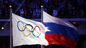 Venäjän ja kansainvälisen olympiakomitean lippu.