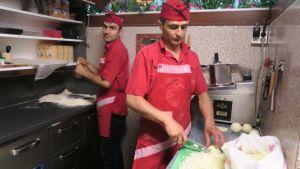Osman Avci  (vas.) ja Numan Özturk valmistavat pizzaa.