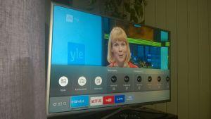 Televisio huoneen nurkassa, kuvassa valintaruutuja, ruudussa myös  toimittaja Kristiina Kekäläinen