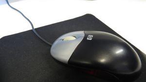 Tietokoneen hiiri hiirimatolla.