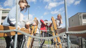 Lapset kiipeilevät välitunnilla.