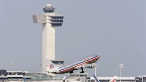 Yksi kone nousemassa ilmaan, kaksi maassa, taustalla terminaalirakennus ja lennonjohtotorni.