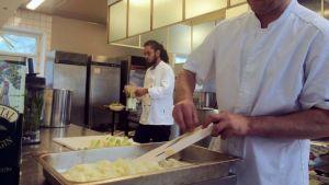 Mikko Tiainen valmistelee päivän lounasta hävikkiruokaravintola Loopin keittiössä, Lapinlahden entisen sairaalan tiloissa.