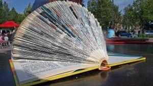 Kirja, jonka sivuja on taiteltu.