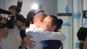 Mira Potkonen halaa miestään Henri Potkosta lentokentällä