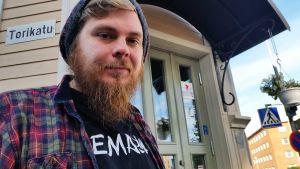 Mies ja hänen toimistonsa. Stand up koomikko Iikka Kivi on tuttu näky oululaisessa kahvilassa, jossa hän kehittelee monia käsikirjoitustekstejään.
