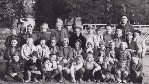 Opettajatar Lea Pärssinen luokkansa kanssa 15.10.1956.