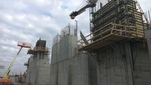 rakenteilla oleva betonilaituri