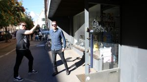 Jere Lehmus ja Jani Koskinen lyövät kätensä yhteen levykaupan edessä