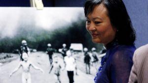 Aikuiseksi kasvanut Kim Phuc seisoo hänestä 1970-luvulla otetun kuuluisan valokuvan edessä.