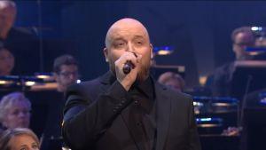 Kasmir lauloi Täällä Pohjantähden alla -kappaleen Radion sinfoaniaorkesterin kanssa lauantaina Yle 90 -juhlagaalassa. Kapellimestarina Hannu Lintu.