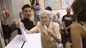 Nainen äänestää.