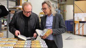 Jari Tervo ja Harri Haanpää ihastelevat Jarin uutta kirjaa Keuruun kirjapainossa.